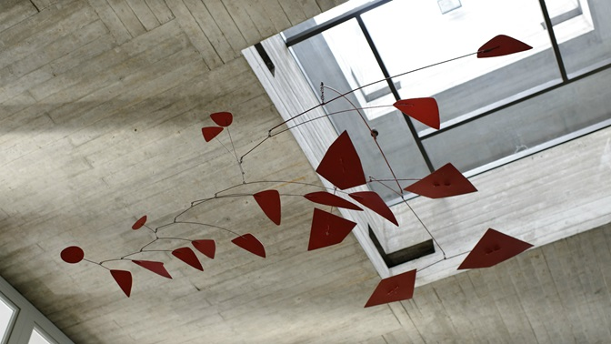 Mobile aus Stahlblechteilen von Alexander Calder an der Universitaet St.Gallen (HSG)